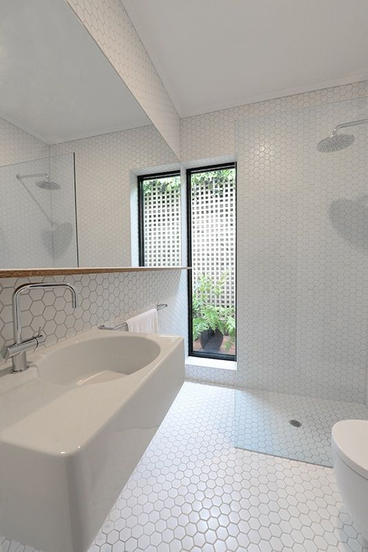 white_hexagon_bathroom_tile_34