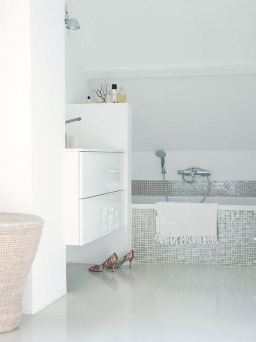 white_sparkle_bathroom_floor_tiles_18