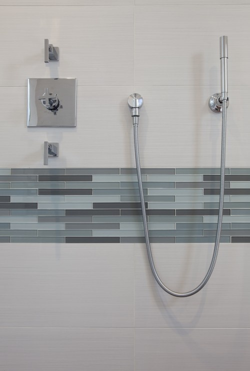 35 blue gray bathroom tile ideas and pictures for Glass tile border bathroom ideas