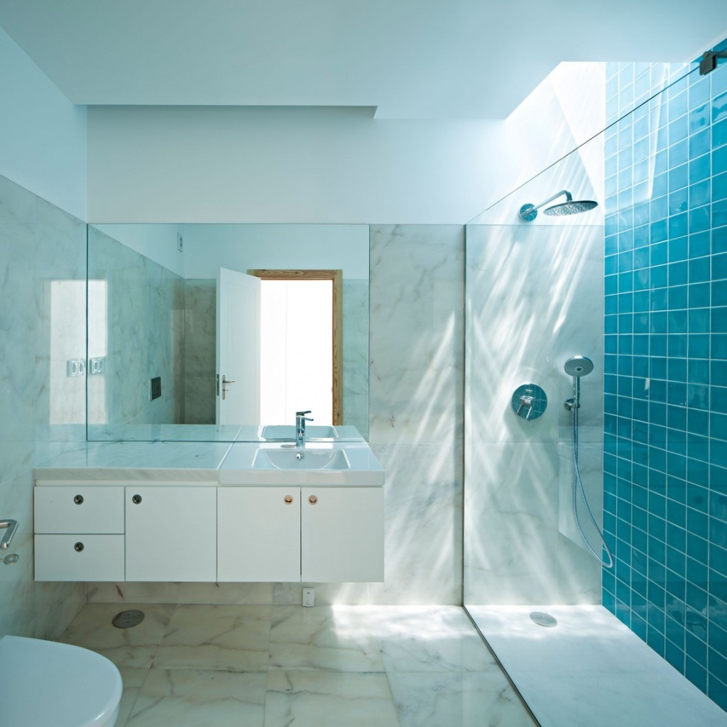 37 small blue bathroom tiles ideas and pictures for Faience bleu turquoise salle de bain