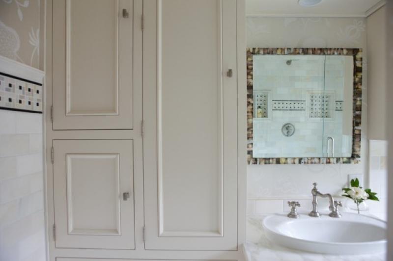 17086-greige-floral-wallpaper-marble-subway-tiles-backsplash-ivory-bathroom_800x600