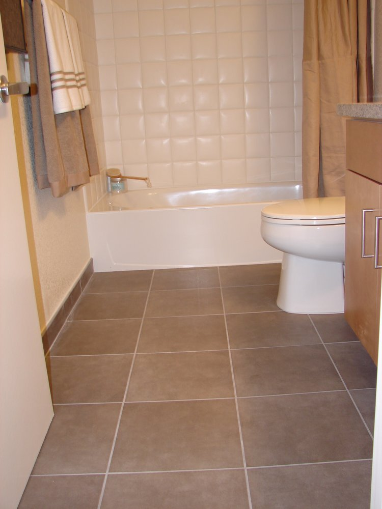 21 ceramic tile ideas for small bathrooms for Tile floors bathroom