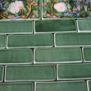 field-tile-with-morris-pimpernel-border--MjkyLTE5OTU1Ljk5NDg5