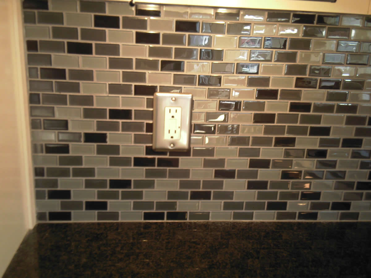 30 amazing pictures of glass tiles for shower walls for Advantages of using glass tile backsplash