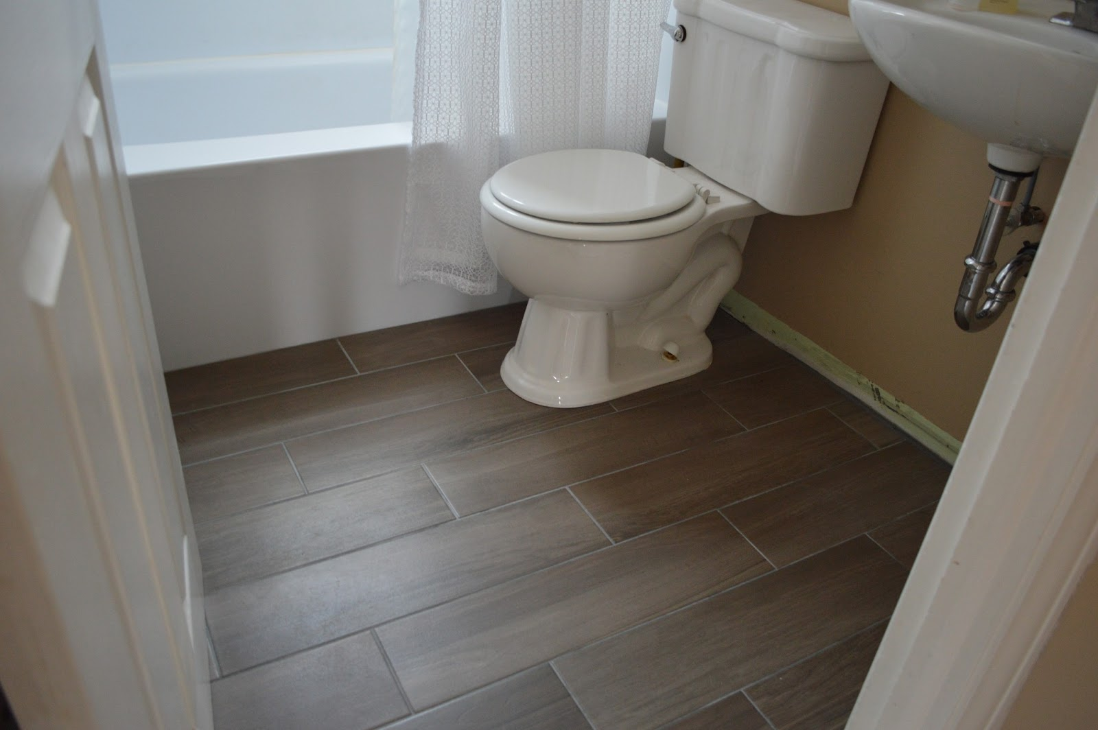 27 ideas and pictures of wood or tile baseboard in bathroom 16 17 18 19 20 11 dailygadgetfo Gallery
