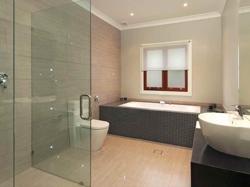 Small-Bathroom-Ideas-Floor-Tile-With-Border-Glass