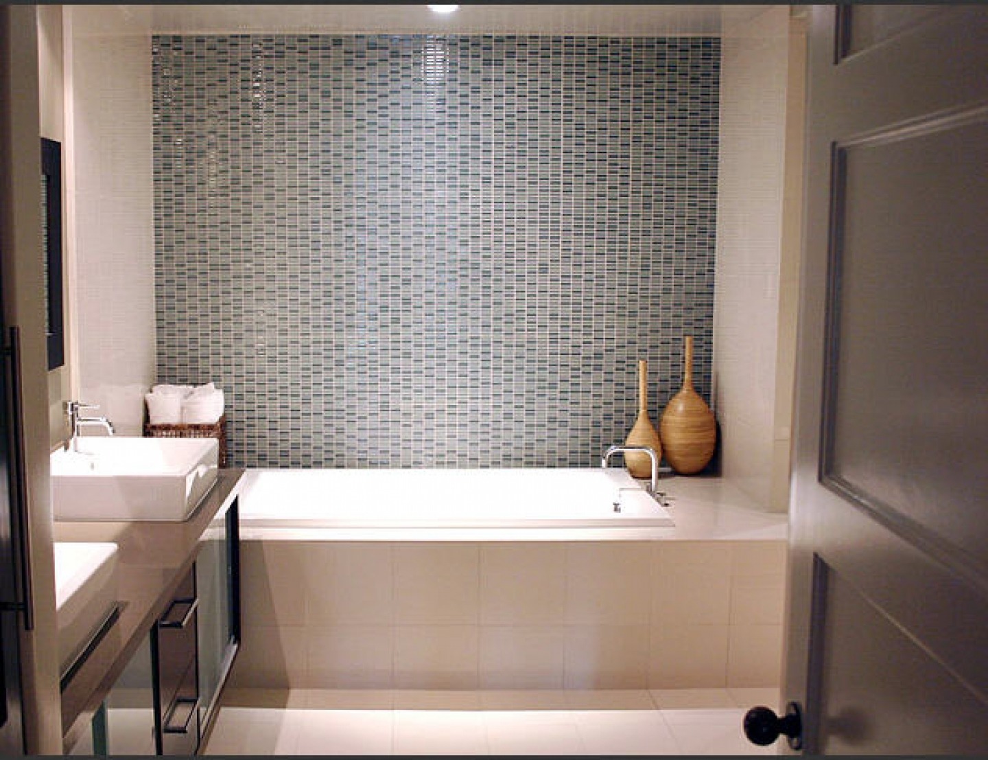 30 magnificent ideas and pictures of 1950s bathroom tiles for Small modern bathroom ideas