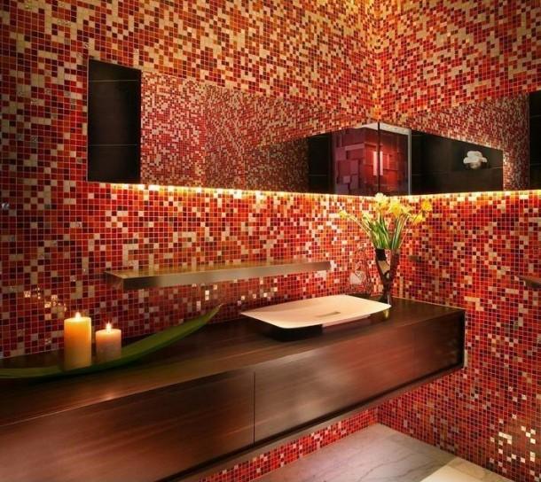 bagno-con-mosaico-sui-toni-del-rosso