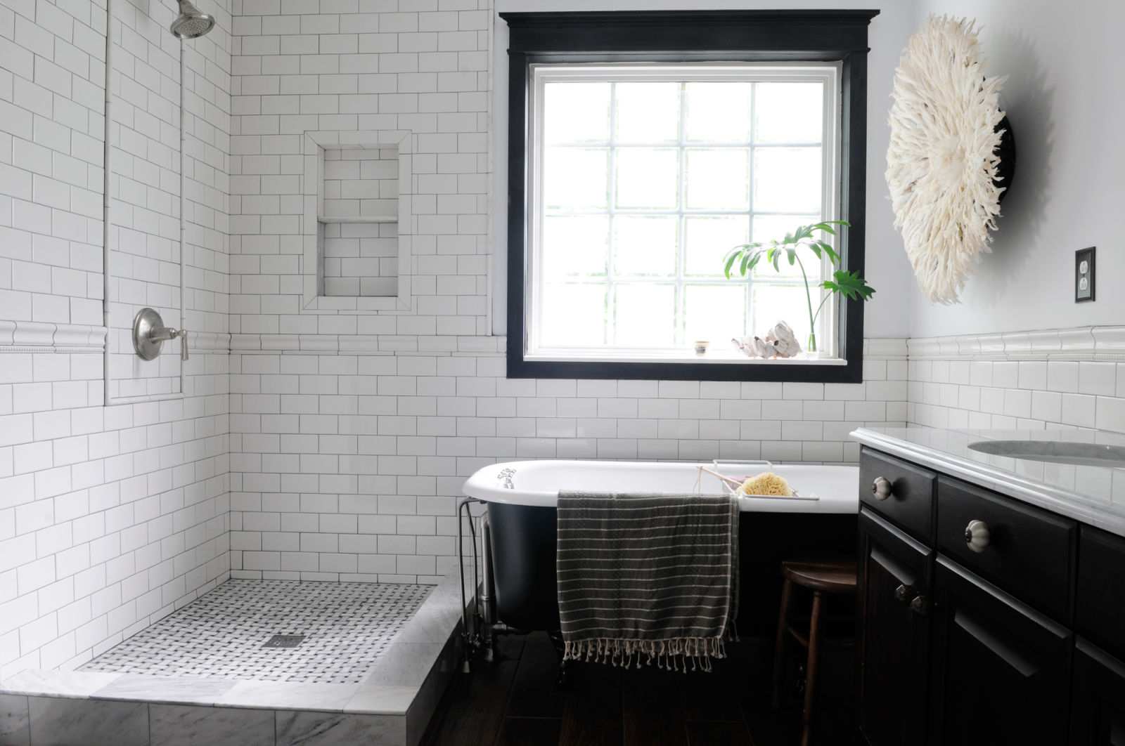 45 magnificent pictures of retro bathroom tile design ideas for Black and white bathroom sets
