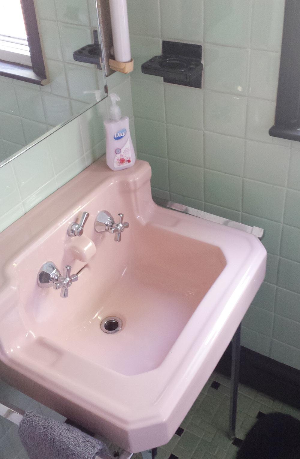 green-and-pink-vintage-bathroom-retro