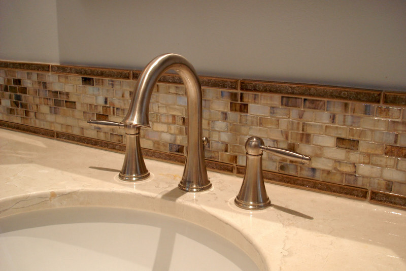 30 ideas of using glass mosaic tile for bathroom backsplash for Glass tile border bathroom ideas