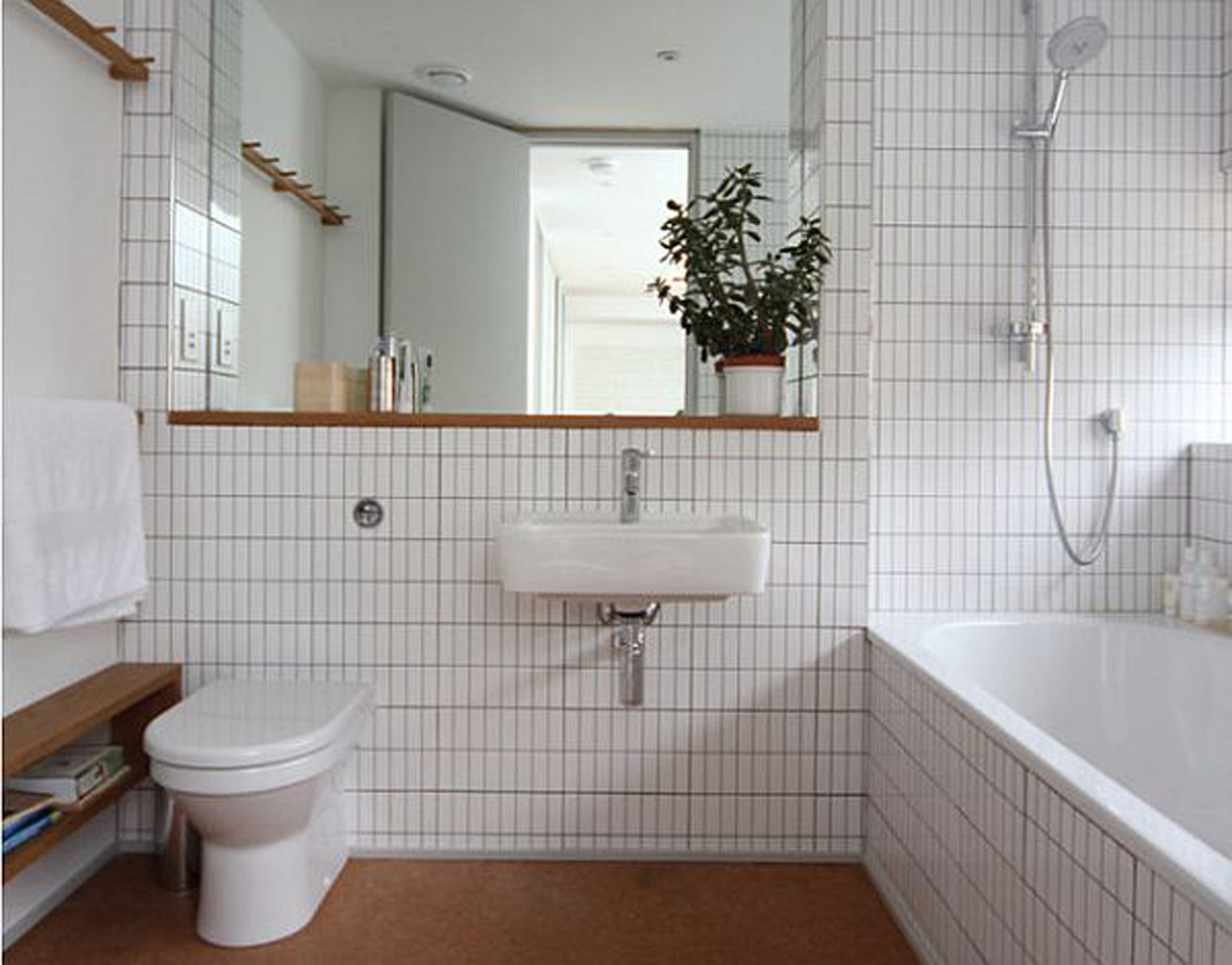 pretty-white-deluxe-bathroom-design-with-space-saving