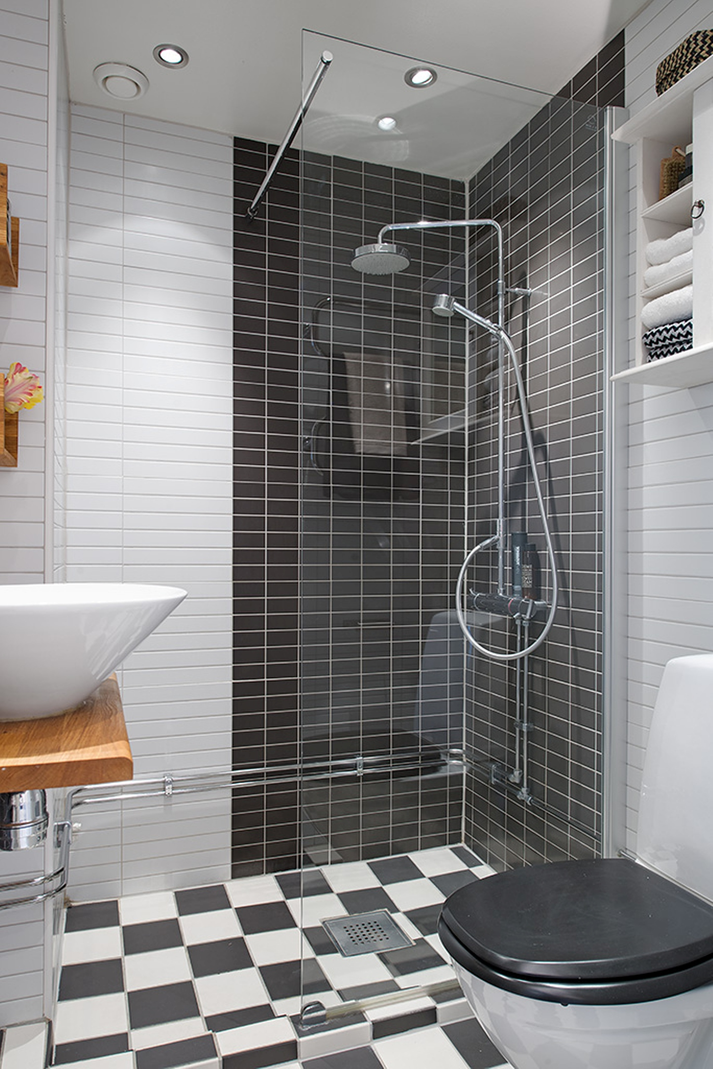 small-bathroom-ideas-modern-style-with-checkered-floor-and-subway-tile-shower-walls