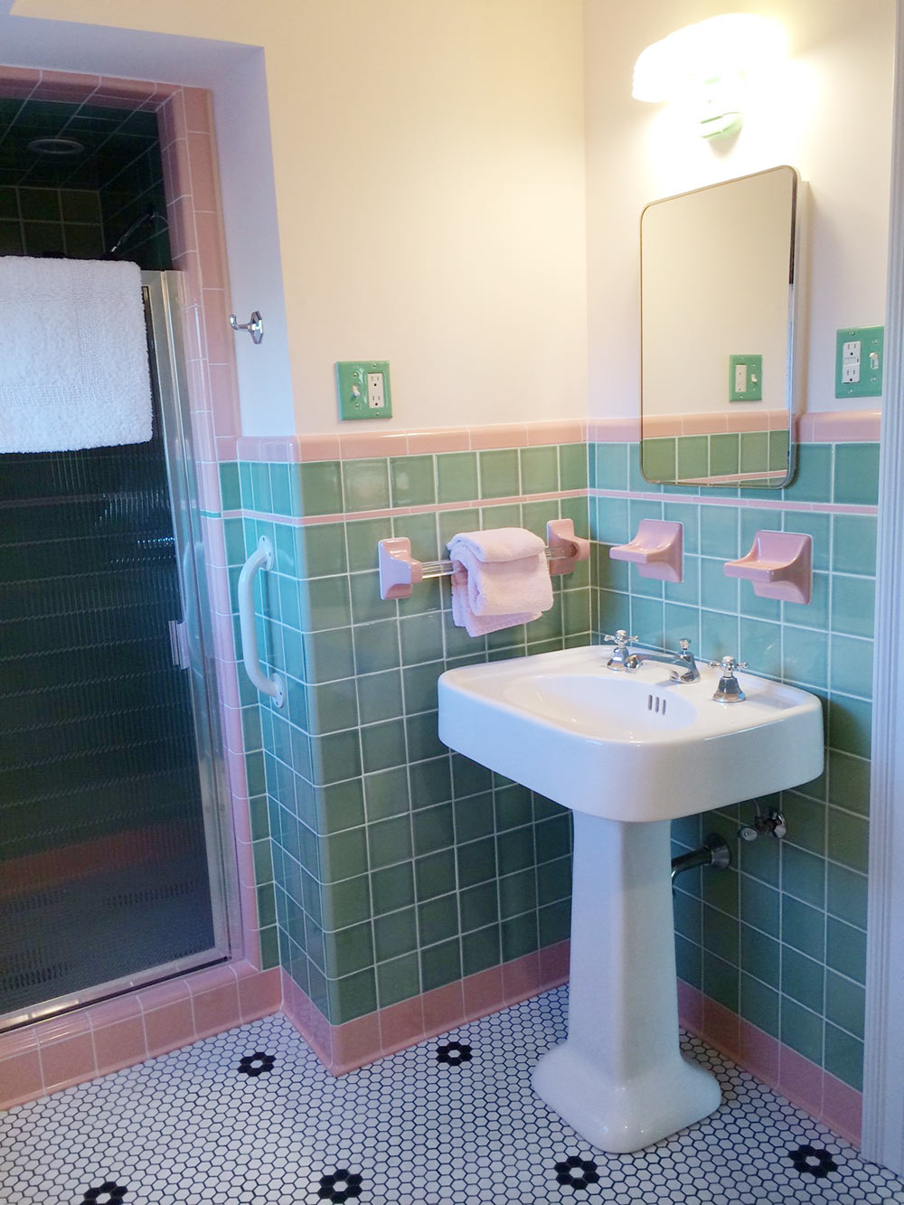 Great ... Vintage Green Bathroom Pink Trim ...