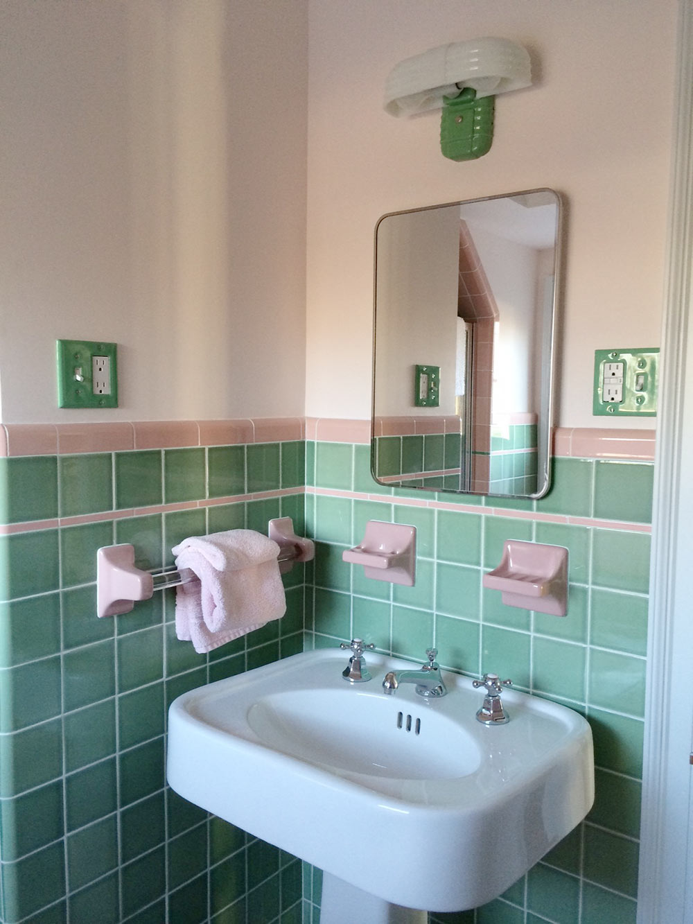 ... vintage-pink-and-green-bathroom ...