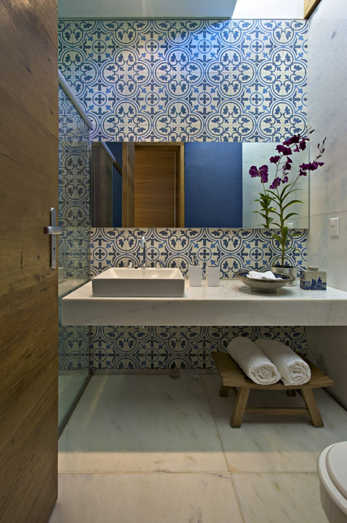 Rustic-bathroom-design-in-addition-to-remodeled-bathrooms-completed-with-another-furniture-for-your-Bathroom-beautification-12