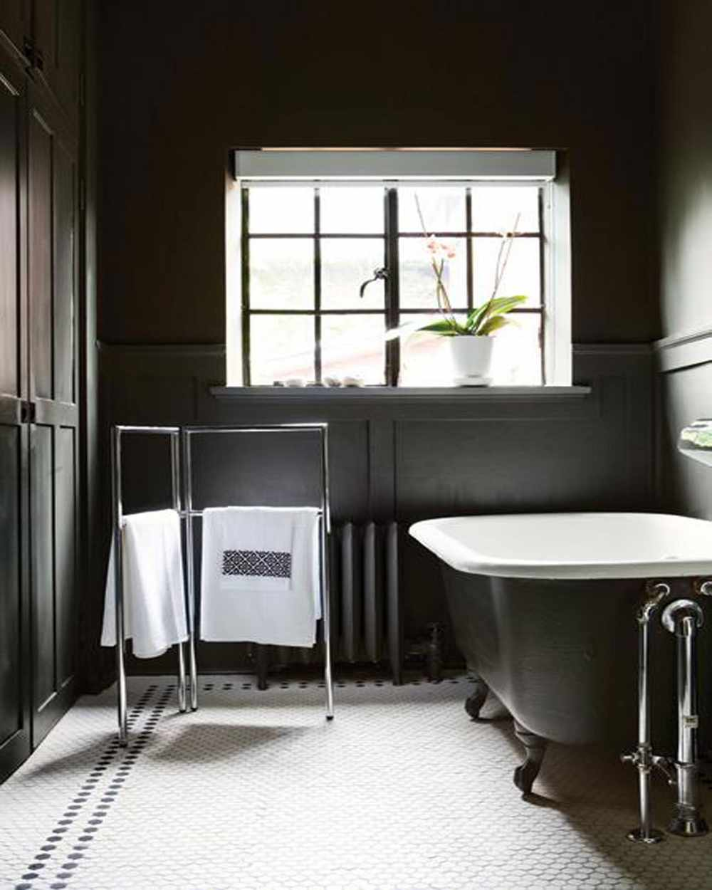 Traditional-Black-and-White-Home-Bathroom-Decor