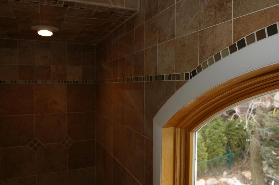 bathroom-wall-and-ceiling-tile-custom-glass-border