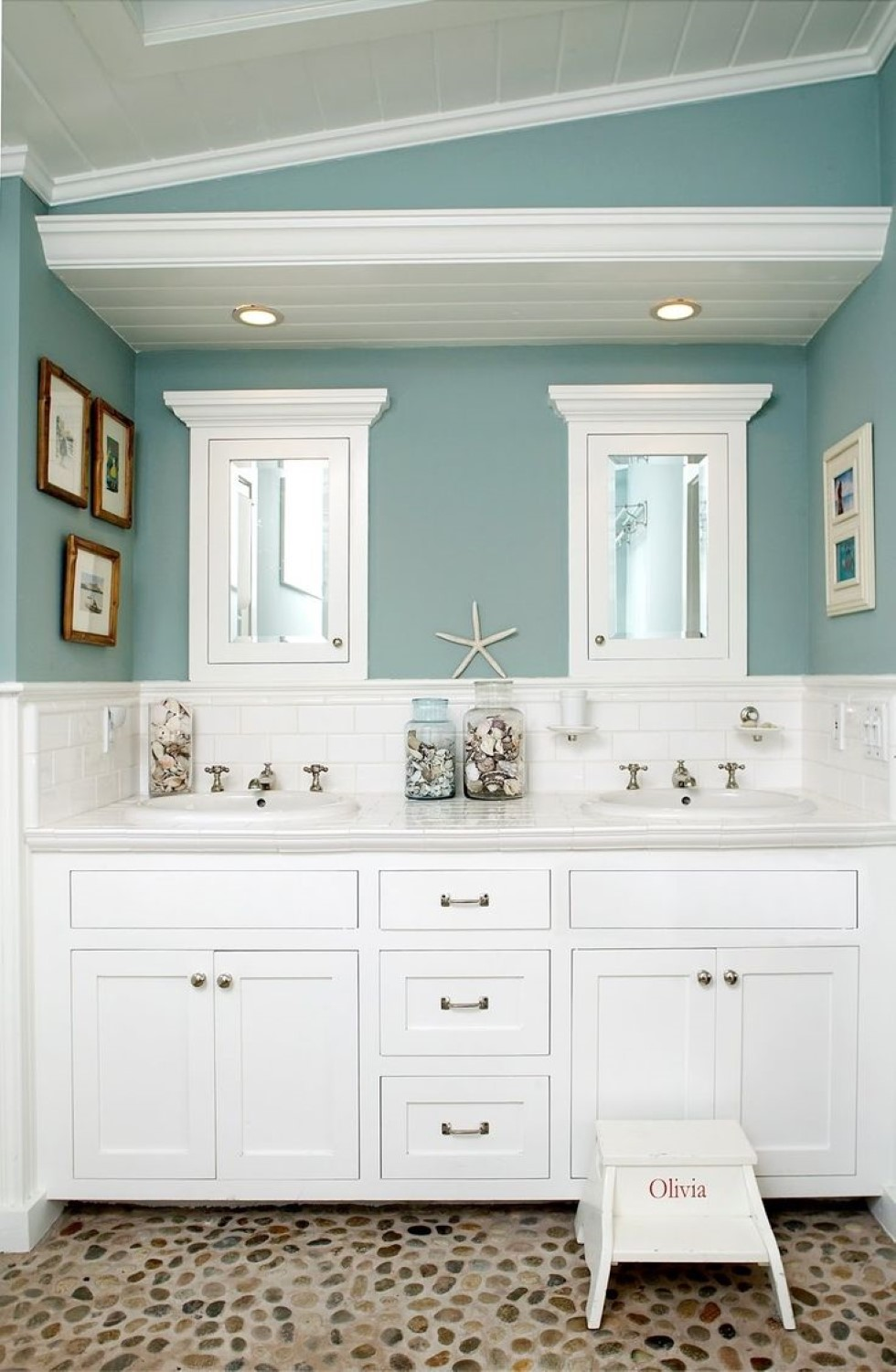 mini-white-starfish-display-mixed-with-adorable-pebble-stone-tile-floor-in-blue-seaside-bathroom-ideas