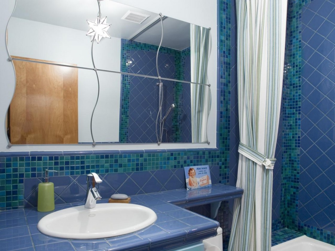 Elegant-Bathroom-Color-Ideas-With-blue-bathroom-tiles-and-white-curtain-and-white-bathroom-vanity-and-wall-mirror-design-1120x840
