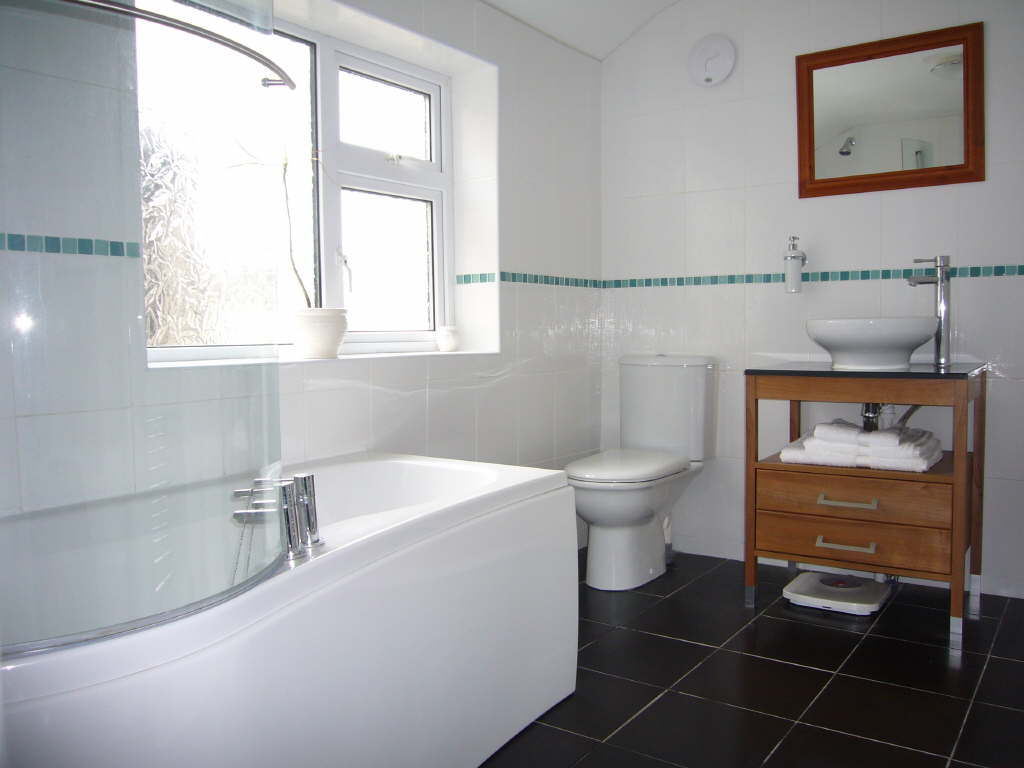 astounding-small-modern-white-bathroom-design-style-with-dark-floor-tile-feats-wooden-vanities