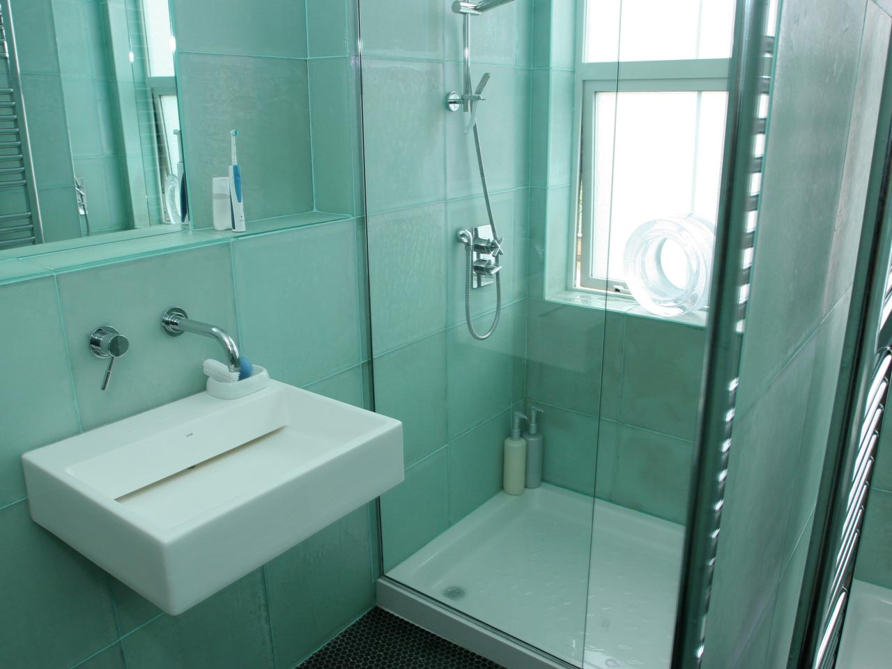 bathroom-tiles-designs-with-single-vanities-for-small-bathroom-design-flooring