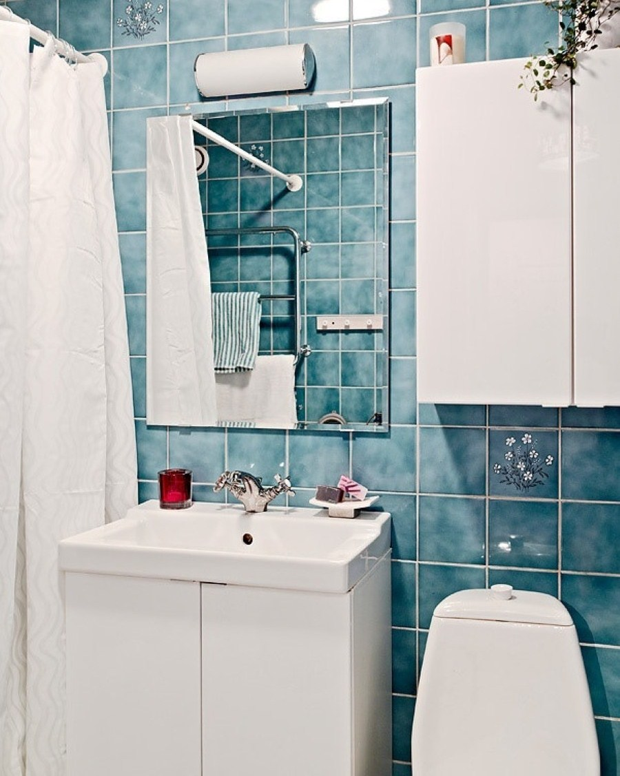blue-ceramic-wall-combine-with-white-shower-curtain-and-mini-white-sink-plus-bathroom-cabinet-with-decorative-small-wall-hook