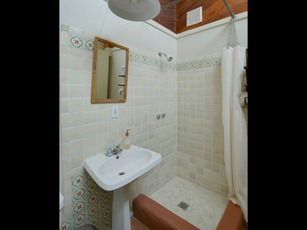 mediterranean-3-4-bathroom-with-pedestal-sink-i_g-ISludxtbbxw6ts0000000000-DXBfi