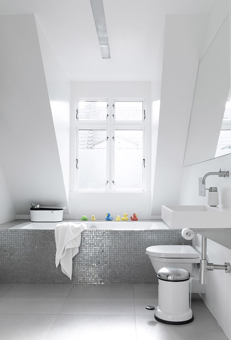 monochromatic_copenhagen_townhouse_bathroom