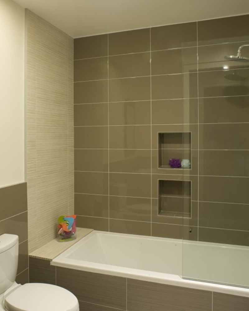Modern-Small-Bathroom-Design-with-Grey-Wall-and-Large-Bathub